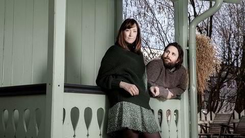 Seriepar. Vilje Kathrine Hagen (28) og Johan Fasting (29) er skaperne av «Heimebane», og gift privat. De synes det bare er fordeler ved både å bo og jobbe sammen, ettersom det blir mindre møter og færre konflikter på hjemmebane