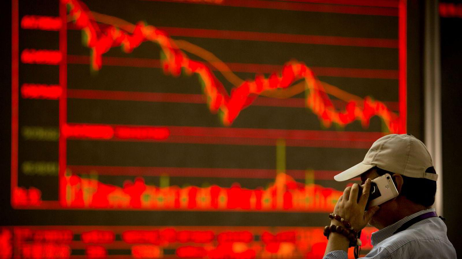 En kinesisk investor overvåker børsen i Beijing.