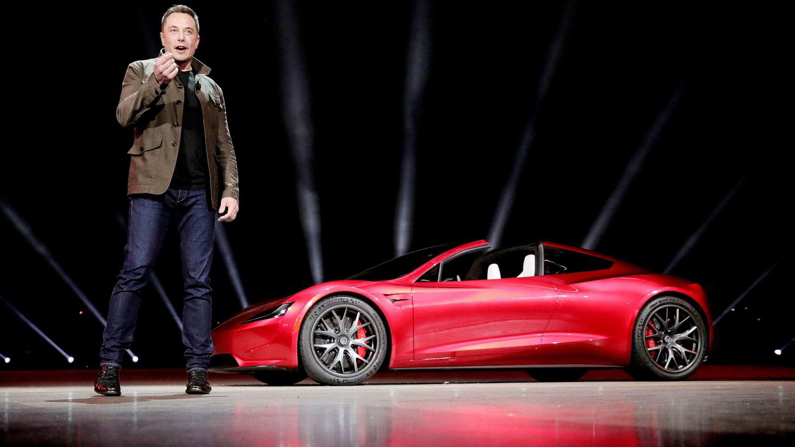 Tesla-grunnlegger Elon Musk har sovet på fabrikken og kjemper mot klokken for å innfri produksjonsmålene på Model 3. I bakgrunnen ses en Roadster 2 under en presentasjon i California i fjor.