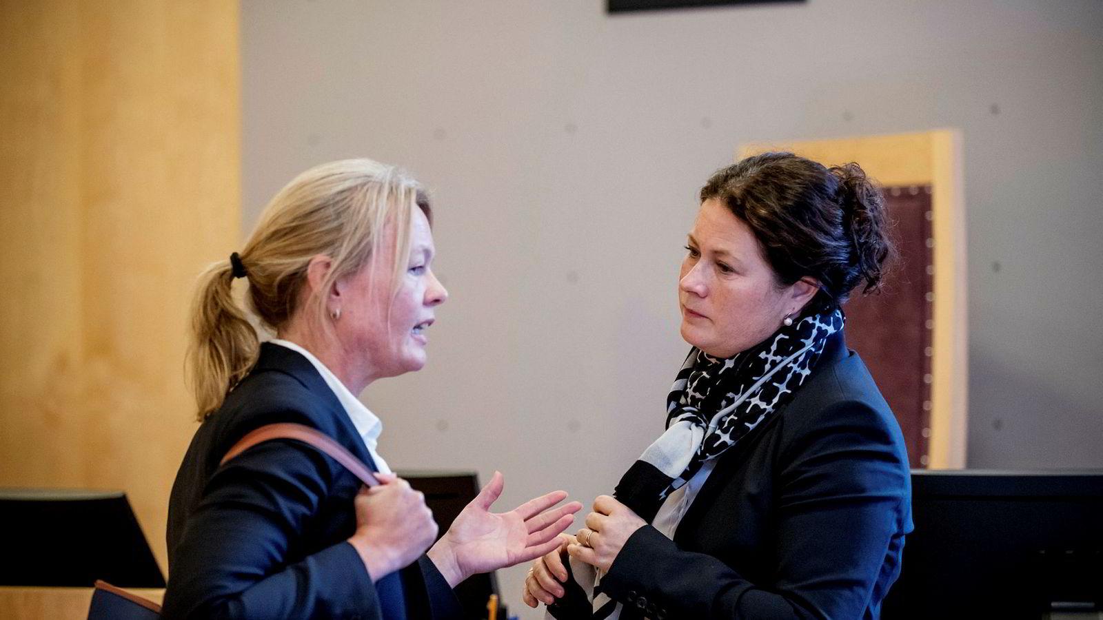Aktor Anna Haugmoen Mo (til høyre) mener de tidligere toppene i Tine og Tetra Pak utvekslet forretningssensitiv informasjon om melkekartongkonkurrenten Elopak. Her er hun i samtale med Ann Johnsen som er forsvareren til Tines tidligere innkjøpsdirektør Hårek Skotnes.