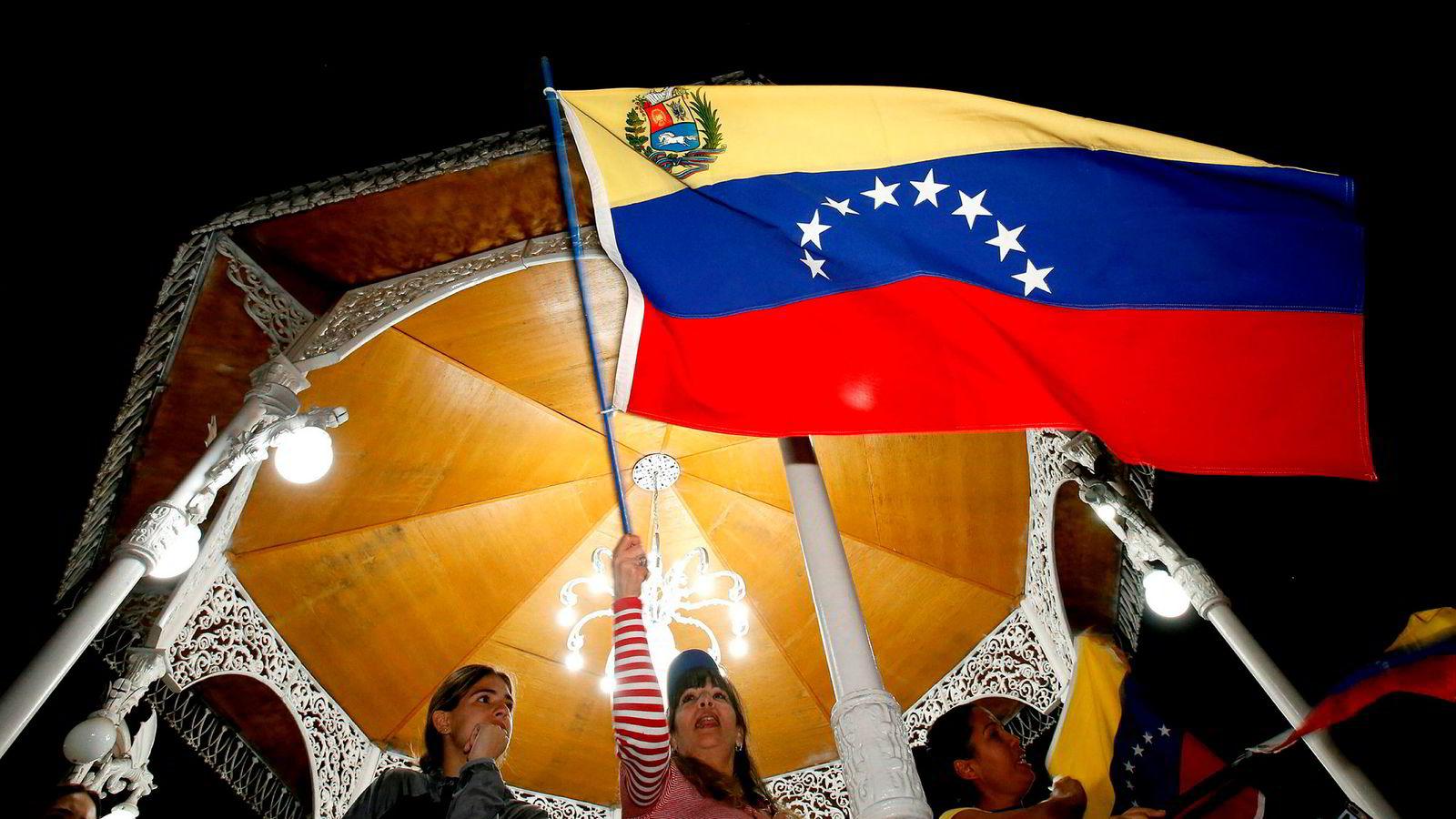 Venezuelanere demonstrerer mot president Nicolas Maduro in Guadalajara i Mexico.