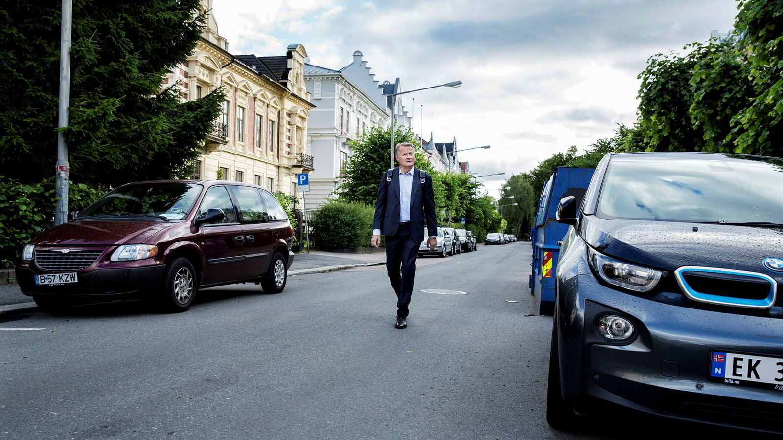 DNB-sjef Rune Bjerke pleier å spasere til jobben om sommeren. Han tror boligprisfall i en kort periode kan være sunt, og at banken vil unngå store tap hos kundene. I Oslo falt prisene vel tre prosent bare i juni.