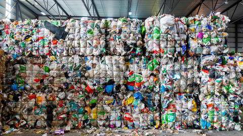 Den åpenbare løsningen er å holde opp å produsere dette som ikke kan spises. Det betyr at vi må ikke produsere ny plast.