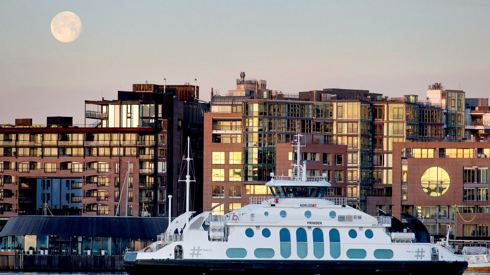 Norled, som blant annet driver Nesoddbåtene i Oslo, er solgt til fond i Finland og Canada. Her fra Aker Brygge.