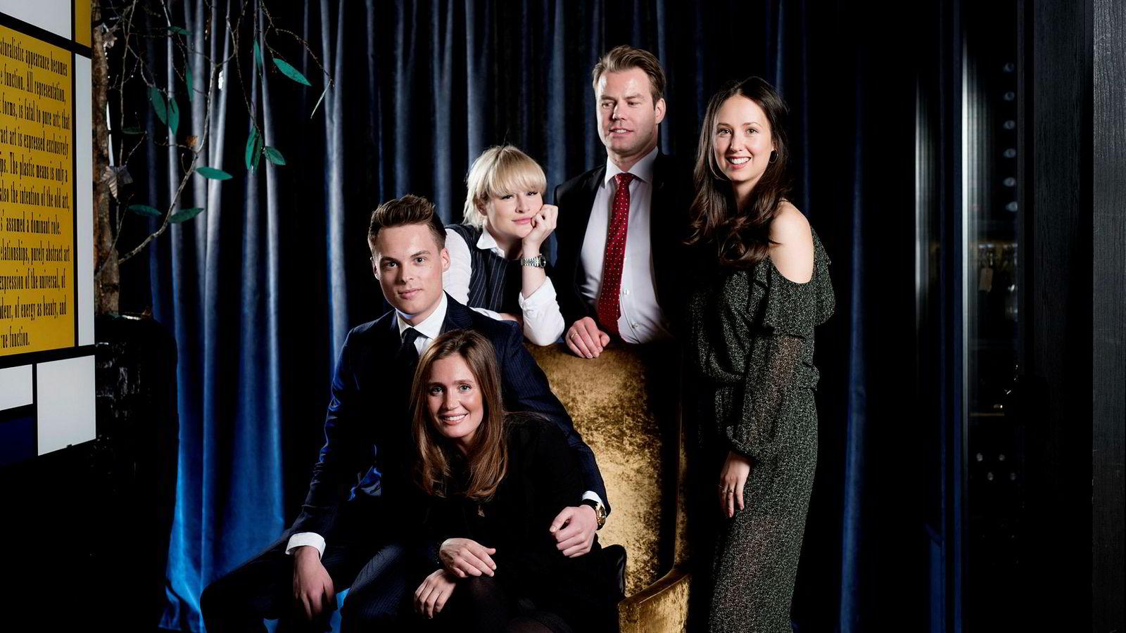 Uber, fisk og vindmøller er fremtiden for Norge, ifølge noen av landets rikeste unge arvinger. Fra venstre: Gustav M. Witzøe, Anette Ringnes (foran), Katharina G. Andresen, Lars Ola Kjos og Sasha Siem.