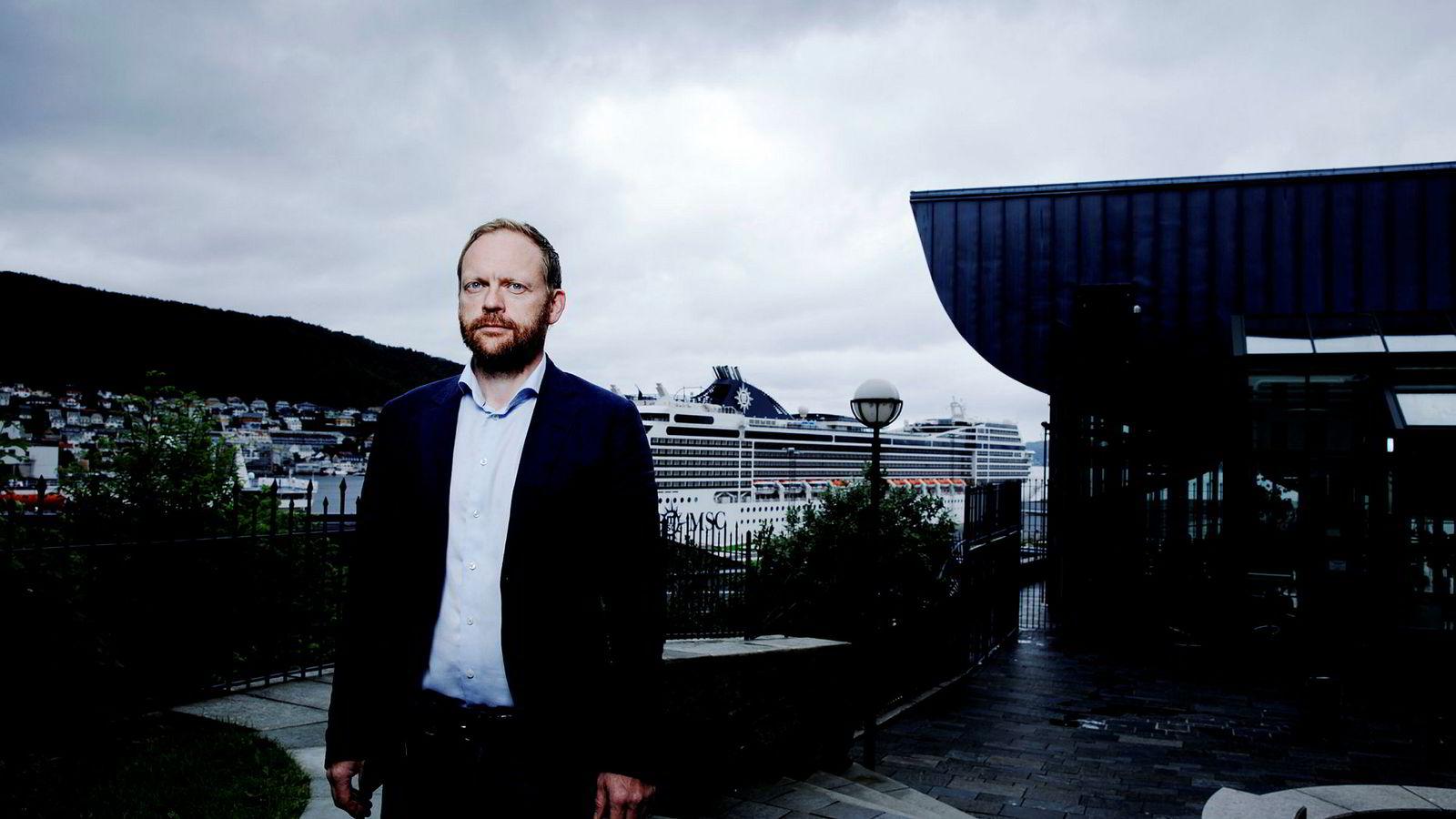 Professor Jon Petter Rui ved Universitetet i Tromsø mener det er oppsiktsvekkende at Vipps ikke har fulgt retningslinjene for kontrolleringen av transaksjoner.