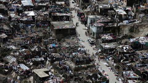 Orkanen Matthew nærmer seg Florida. Bildet illustrerer de enorme skadene etter dens herjinger på Haiti der over 280 personer omkom. Foto: Carlos Garcia Rawlins/Reuters/NTB scanpix