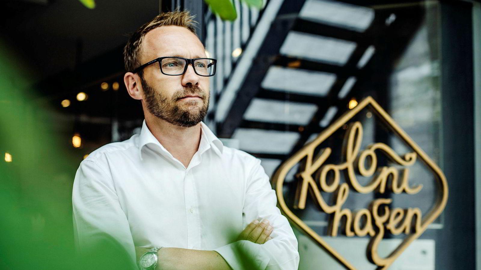 Jon-Frede Engdahl bygget opp Kolonihagen og solgte til Rema. Nå jobber økologiforkjemperen med å få flere meieriprodukter med økologisk melk inn i Rema-hyllene, men er frustrert over at han må til Danmark for å få det til.