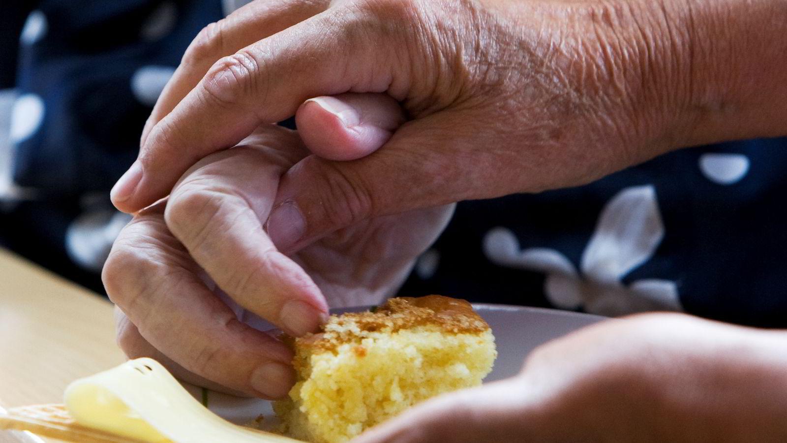 Forbrukerrådet mener norske kommunepolitikere må ta mer ansvar for å sørge for god og smakfull mat til eldre på sykehjem.