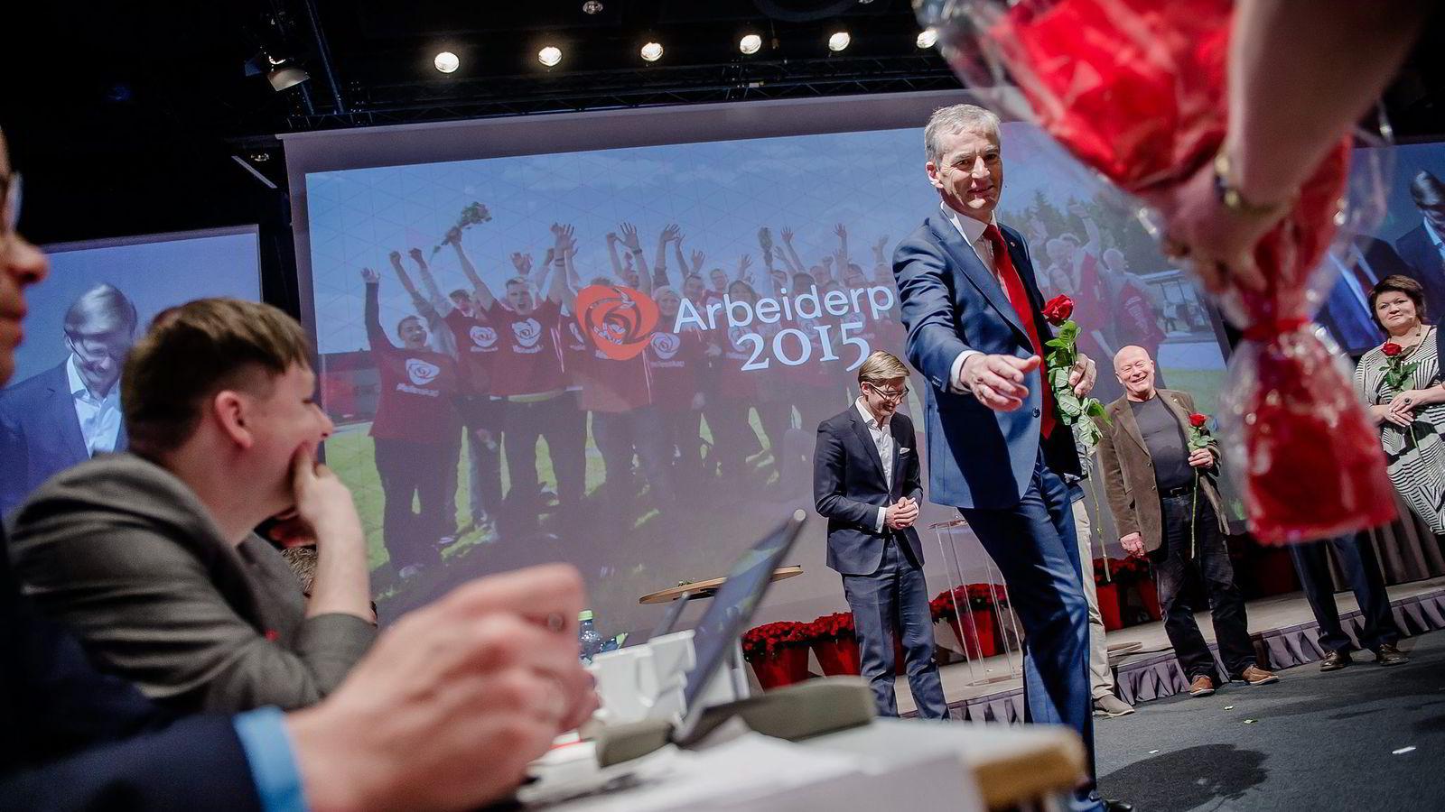 Partileder Jonas Gahr Støre får blomster og takker for årets landsmøte. Foto: Hampus Lundgren