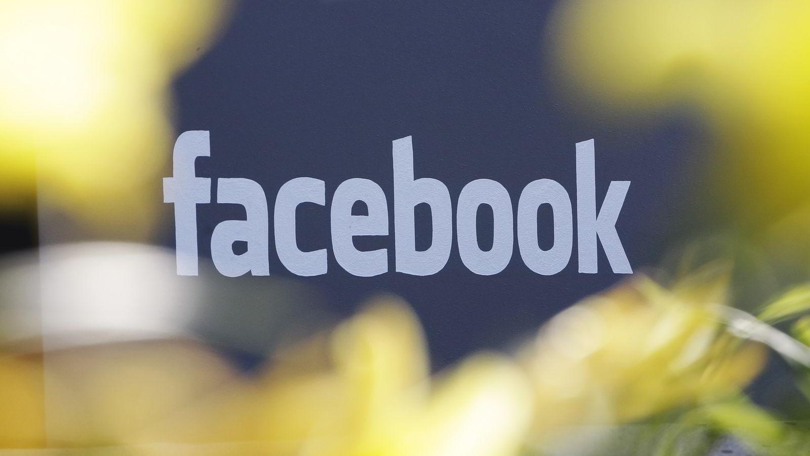 Illustrasjonsfoto av Facebooks logo på hovedkontoret i Manlo Park i California, USA. Foto: AP Photo/Paul Sakuma