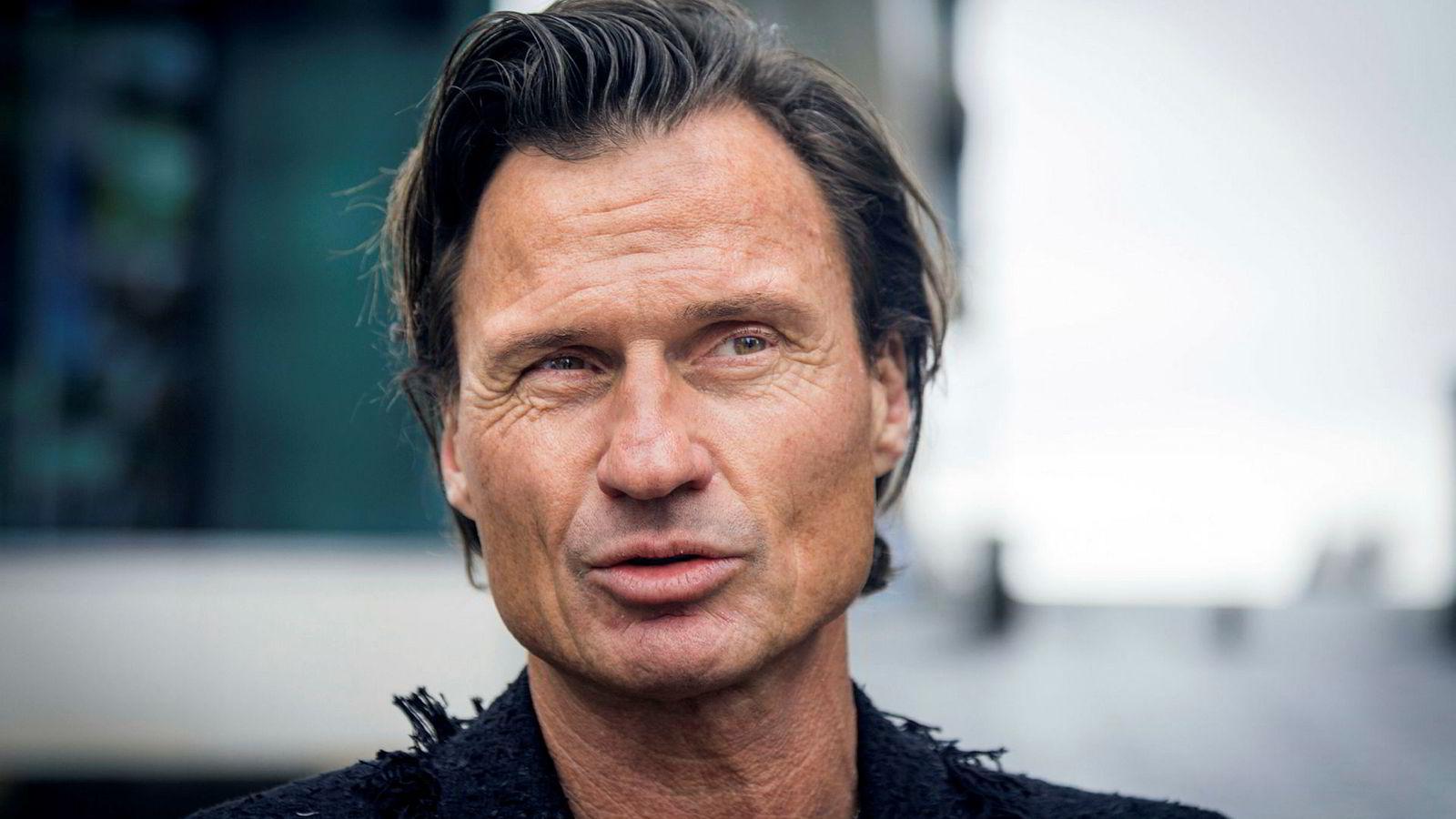 Petter Stordalen er på offensiven i hotellbransjen, men defensiv på børsen.
