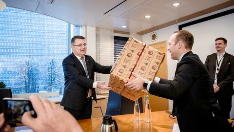 Fredag klokken ti møtte prosjektdirektør i Equinor Torger Rød opp hos olje- og energiminister Kjell-Børge Freiberg (til venstre) og fikk godkjenningsbrevet for den nye Troll-utbyggingen innpakket i en svær julegave.