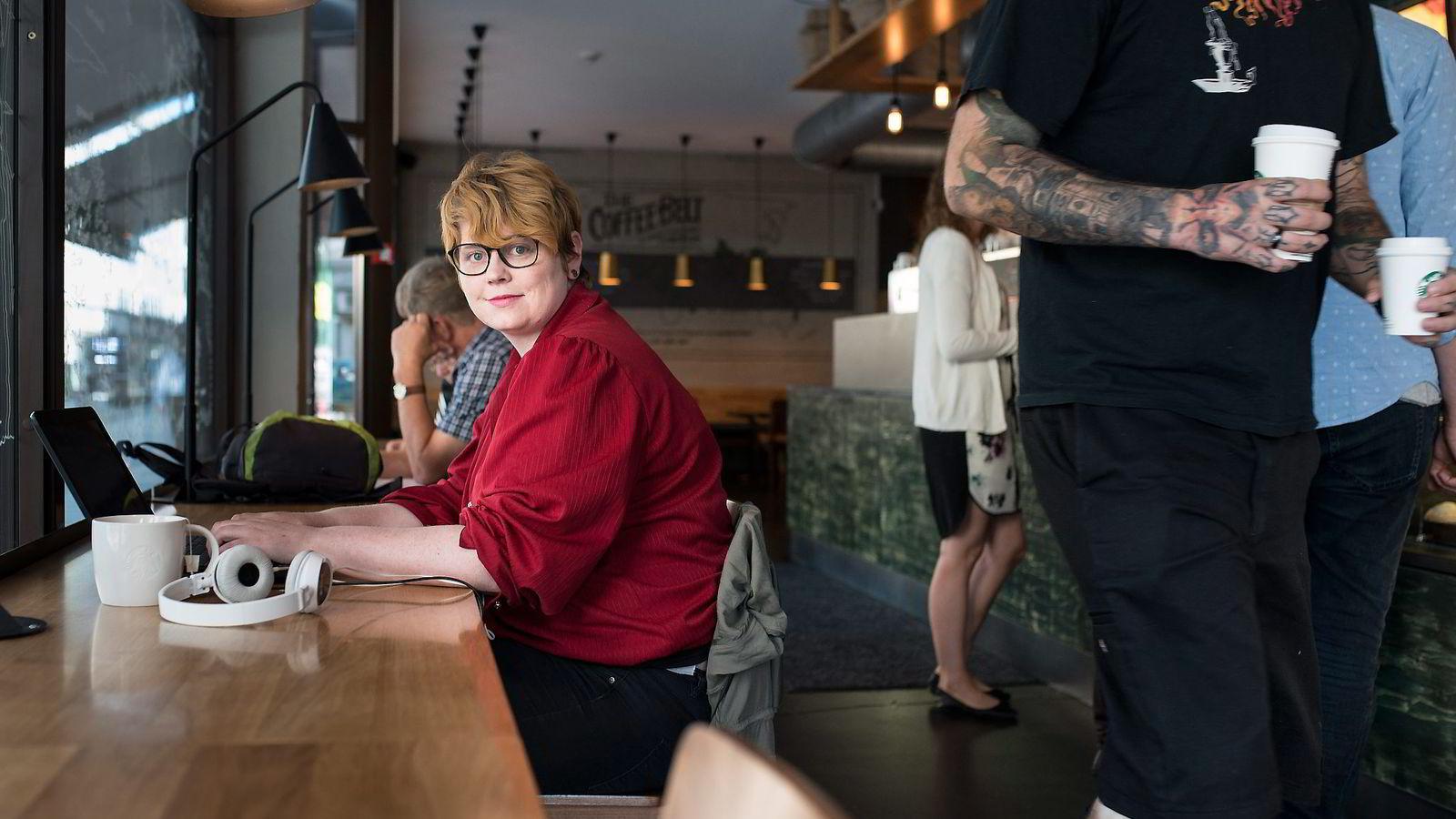Aina Alvsvåg (24) finpusser masteroppgaven på Starbucks og bidrar til den enorme veksten blant kaffekjeder i Norge.