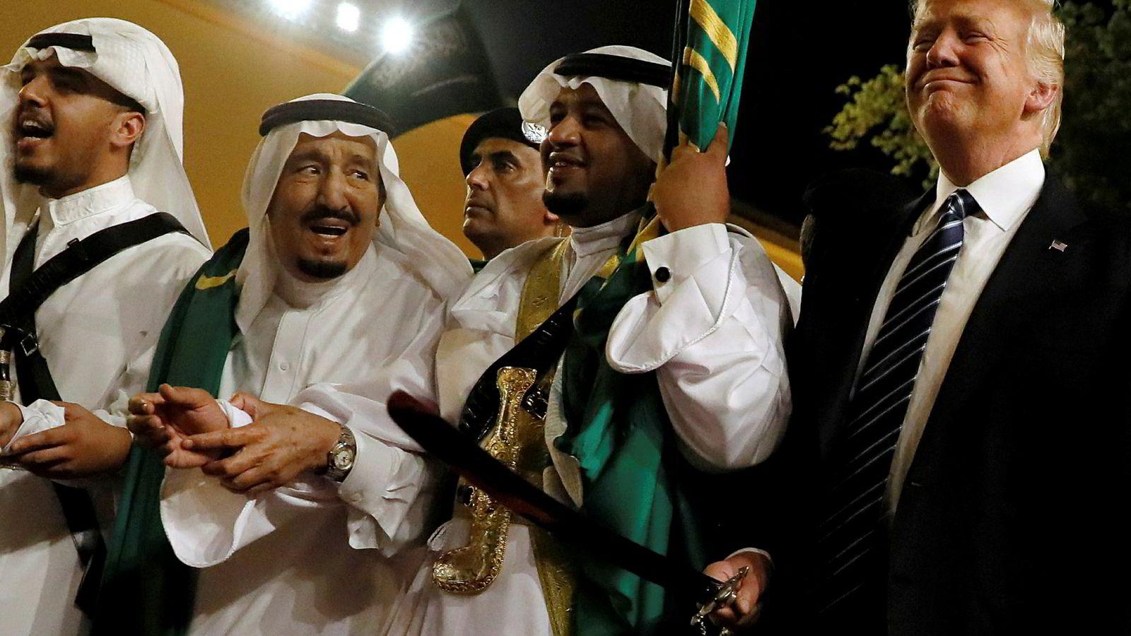 Donald Trump på sitt første utenlandsbesøk, i Saudi-Arabia i mai i fjor. Det var lykkeligere dager, her med kong Salman bin Abdulaziz Al Saud (nummer to fra venstre).