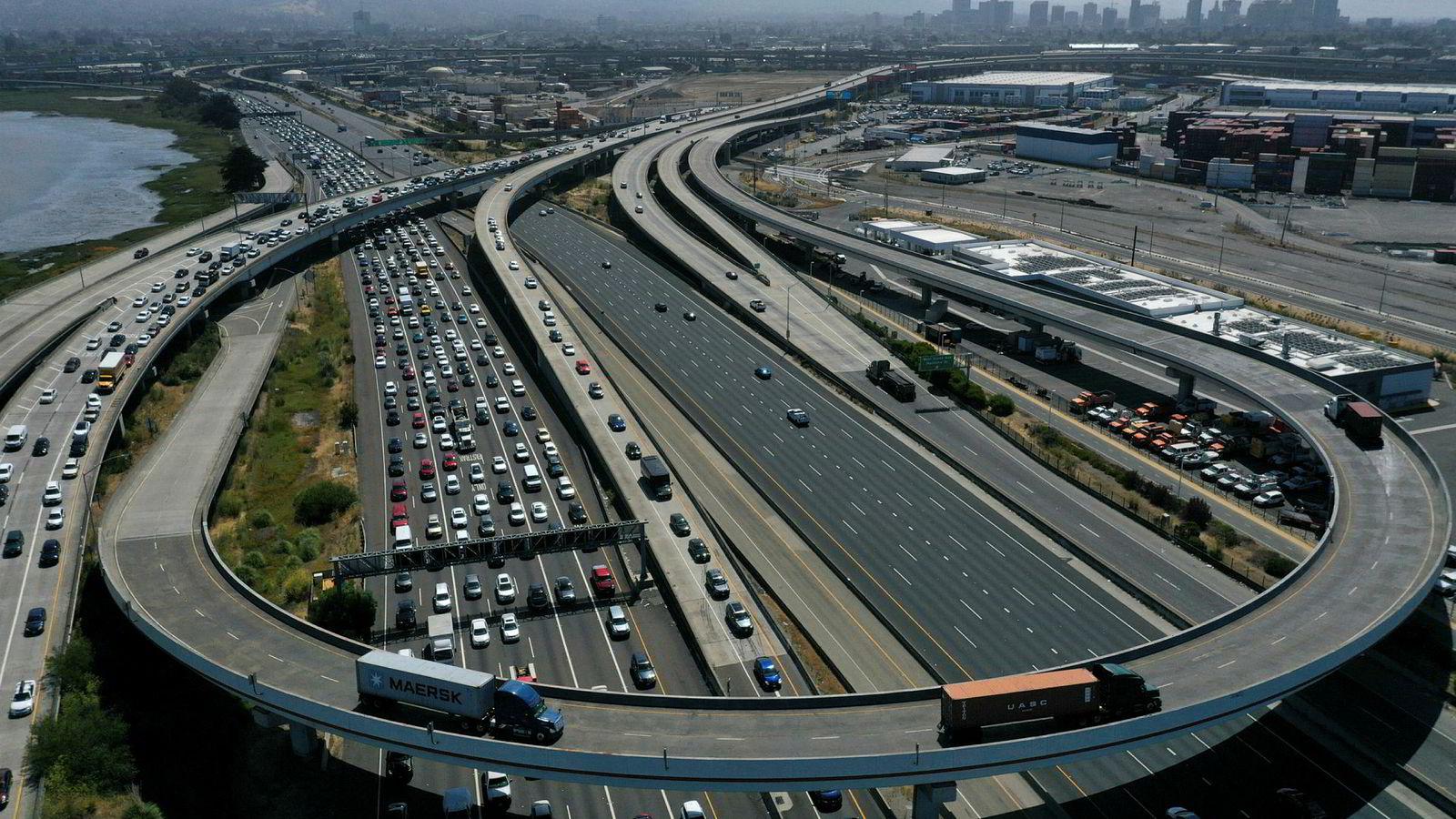 USAs president Donald Trump ønsker å lette på utslippskrav på biler som produseres i USA. Ford, BMW, Volkswagen og Honda har forpliktet seg til å følge langt strengere krav som delstaten California har innført. Her fra San Francisco-Oakland Bay Bridge i California