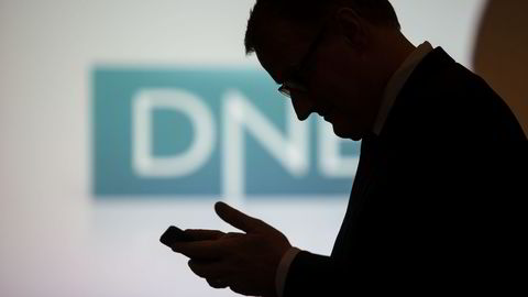 DNB er en av bankene som ble rammet av 17-åringens dataangrep. Nå vurderer storbanken å kreve millionerstatning. På bildet sjekker konsernsjef Rune Bjerke mobilen på en kapitalmarkedsdag tidligere i år