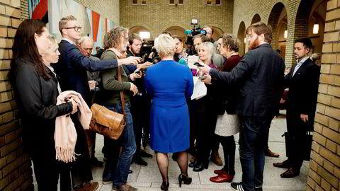 Finansminister Siv Jensen (Frp) svarer på spørsmål fra pressen SSB-saken i Stortinget onsdag.
