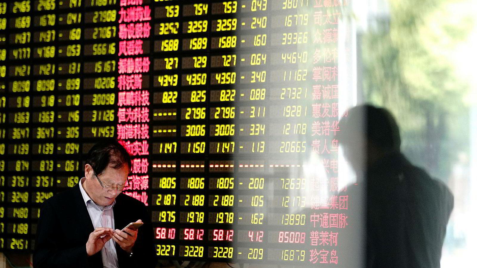 Kinesiske og amerikanske børser har lagt bak seg et solid halvår. Amerikanske finansinstitusjoner tror det kommer en korreksjon i USA. Det kan gjøre det enklere å få til en handelsavtale.