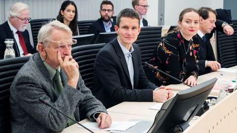 Miljøbevegelsen anker dommen i saken der de stevnet staten for oljeleting i Barentshavet. Her fra den første runden i Oslo tingrett, advokat Ketil Lund (fra venstre), Truls Gulowsen, leder i Greenpeace Norge, Ingrid Skjoldvær, leder i Natur og Ungdom, og advokat Emanuel Feinberg. Foto: Heiko Junge/NTB Scanpix