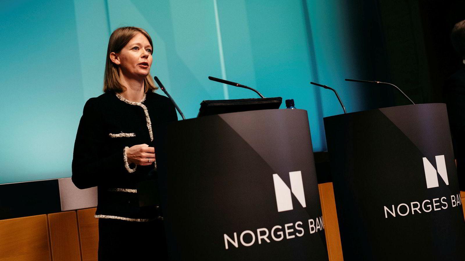 Ida Wolden Bache, leder for pengepolitisk avdeling i Norges Bank, forteller at stadig flere bedrifter rapporterer om kapasitetsproblemer i oljeindustrien. Foto: Fartein Rudjord