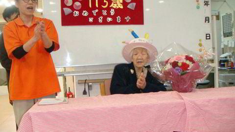 Antall personer i Japan som er eldre enn 100 år øker kraftig. På bildet feires 115-årsdagen til Kane Tanaka (til høyre) i januar i år. Tanaka er verdens eldste nålevende person.