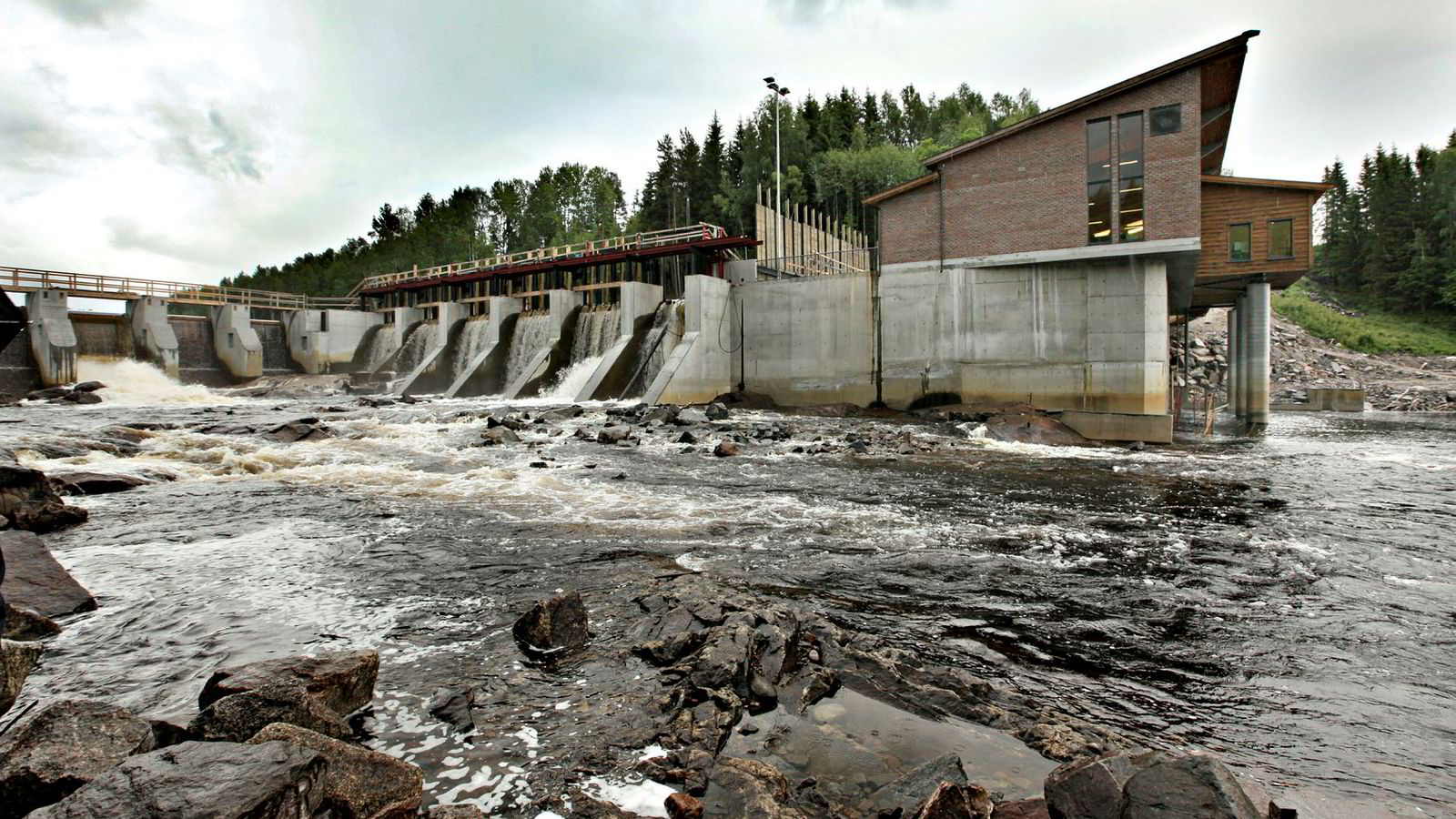Et grovt bilde av hva alt dette vil si i praksis, lar seg tegne ved å se på muligheter som maskinlæring åpner innen vannkraft. Der er driftssikkerhet alfa og omega, skriver artikkelforfatterne. Her Syversætre Foss kraftverk i Hedmark.