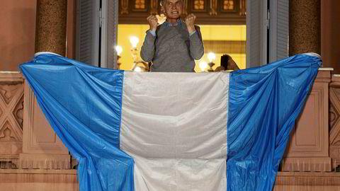 En oppildnet president Mauricio Macri taler til sine tilhengere i Buenos Aires. Men Macris popularitet i landet er laber.