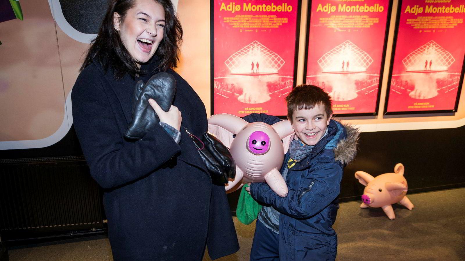 Mariam Jensen Saifi (19) og lillebror Yousef Mokhtar (10) så den første visningen av Karpe Diems «Adjø Montebello» på Ringen kino. Yousef fikk med seg en av de mange oppblåsbare grisene som sto utenfor kinosalen som et minne.