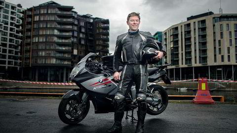 Stemningen var høy da motorsykkelentusiast og seriegründer Roar Tessem ble hentet inn for å starte et nytt oljeselskap for investeringsselskapet Hitecvision. Her er han på Aker Brygge i Oslo. Foto: Luca Kleve-Ruud