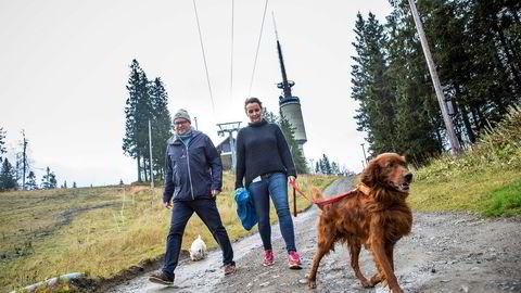 Espen Bengston i Oslo Vinterpark på Tryvann investerer nye 26 millioner i snøkanoner foran vinteren. Camilla Sylling Clausen, generalsekretær i Alpinanleggenes Landsforening, gleder seg over investeringsiveren i bakkene. Foto: Gunnar Blöndal