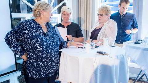 De fire partilederne var samlet i Arendal mandag, da de la frem en reform for barn og familier med behov for sammensatte tjenester. Kvelden før diskuterte de bompengesaken i statsministerboligen.