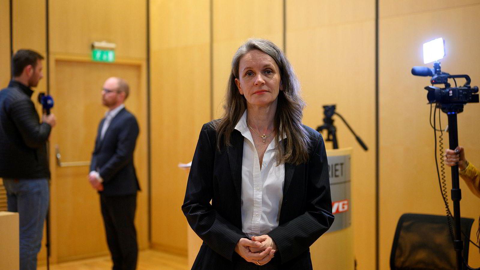 Politisk redaktør i VG, Hanne Skartveit, fikk kritikk av egne journalister etter at hun beklaget dansevideo-saken i «Debatten» på NRK. Her er hun på pressekonferansen i VG tirsdag kveld. I bakgrunnen sjefredaktør i VG Gard Steiro.