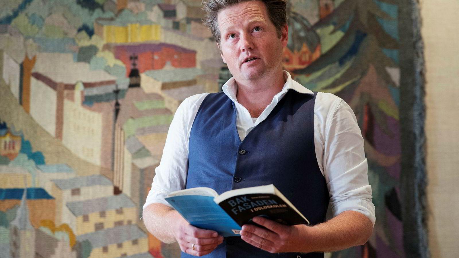 Tidligere i år fikk lektor Simon Malkenes varslerprisen Stockmanns hammer. På utdelingen leste han opp fra sin forrige bok «Bak fasaden i Osloskolen». Mandag kom hans nye bok «Det store skoleeksperimentet».