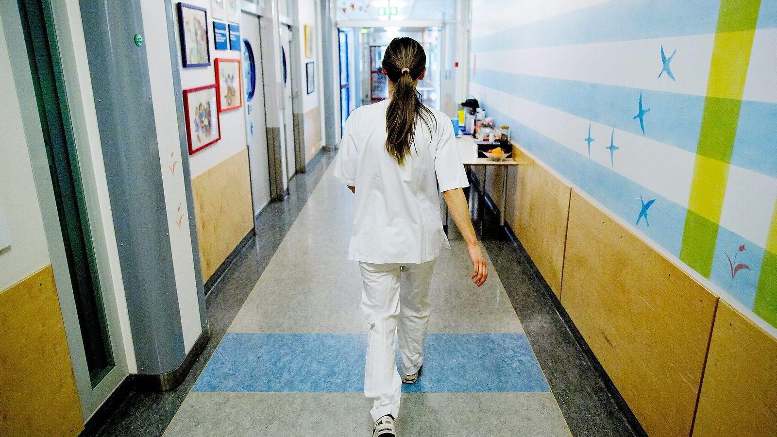 Kvinnelige mellomledere tjener fortsatt vesentlig mindre enn mannlige. Her fra Ullevål sykehus. Foto: Øyvind Elvsborg