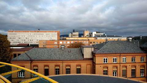 Ullevål sykehus sett fra helikopterdekket ved hovedinngangen.