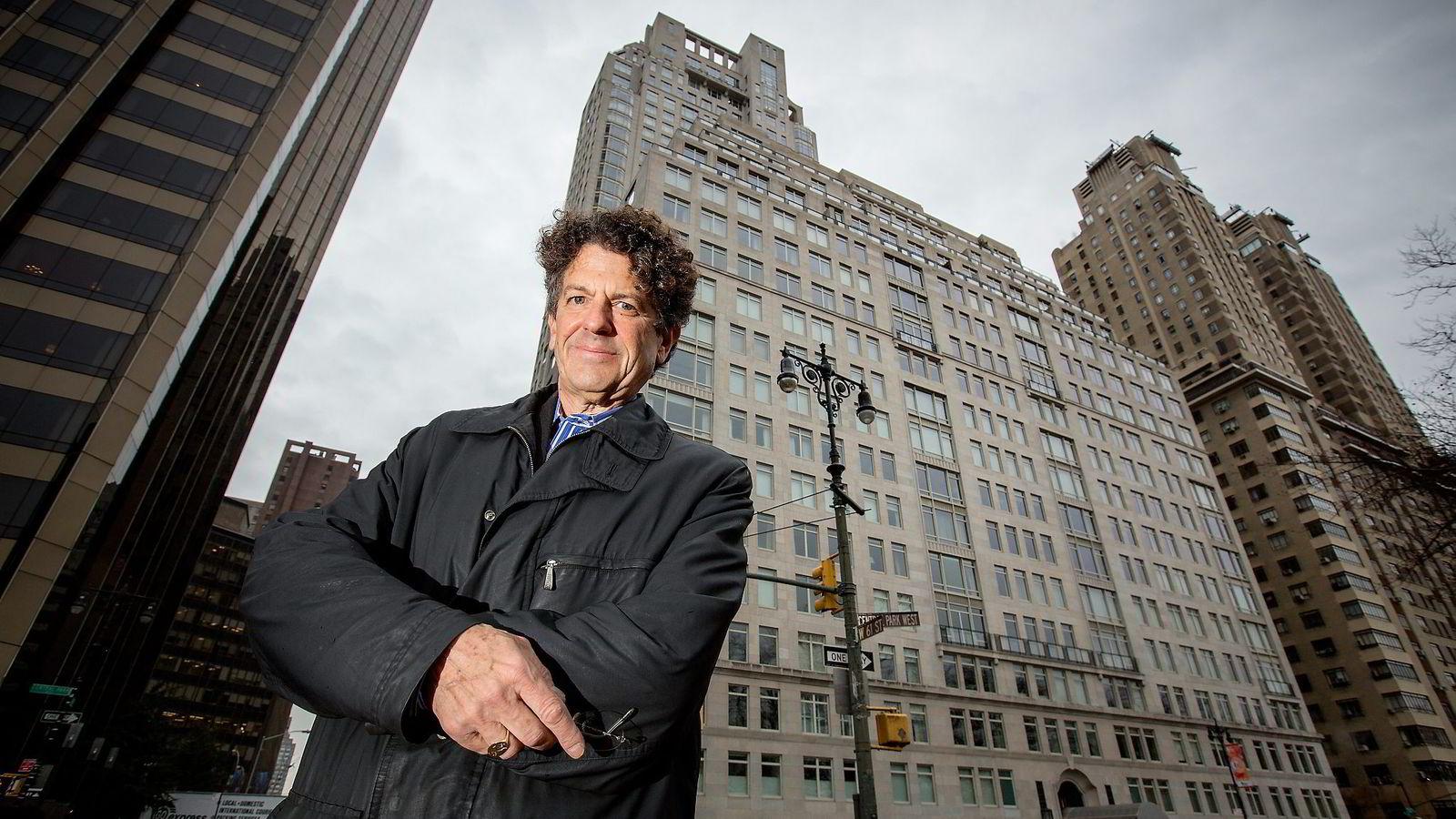 HALVT OLJEFOND. I bygningen bak Michael Gross bor hedgefond-eiere som forvalter anslagsvis 2600 milliarder kroner – et halvt norsk oljefond. Bildet innfelt er fra boligannonsen til leiligheten i 16. etasje som artisten Sting kjøpte for 26,5 millioner dollar.
