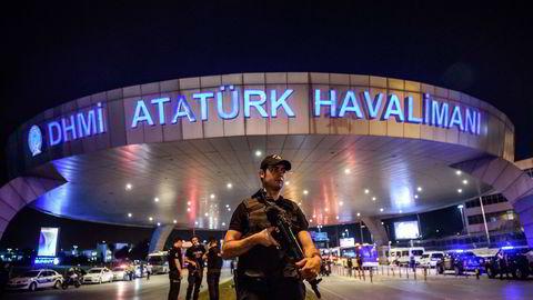 En tyrkisk politimann patruljerer utenfor flyplassen Atatürk i Istanbul etter bombeterroren. Foto: AFP/Ozan Kose