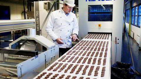 På gulvet. Adrian Forsberg har tatt over som daglig leder i Hval Sjokolade. Karrieren i sjokoladeselskapet begynte på gulvet, blant ristemaskiner og samlebånd