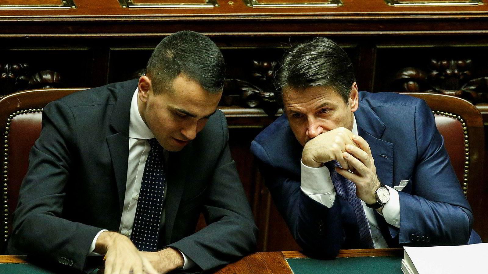 Statsminister Giuseppe Conte (til høyre) og visestatsminister Luigi Di Maio under stemmeavgivningen lørdag.
