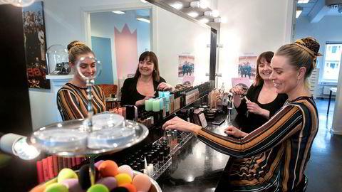 Markedssjef og medeier Katja Ivarson (nærmest) og daglig leder Berit Sjøvik blir med videre i Makeup Mekka under nye eiere.