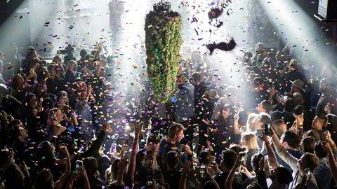 Fortsatt utfordringer i Canada seks måneder etter at landet som nummer to i verden gjorde det lovlig å kjøpe Cannabis til eget bruk. Bildet viser en nedtellingsfest i Toronto i fjor til den første dagen med legalisering.