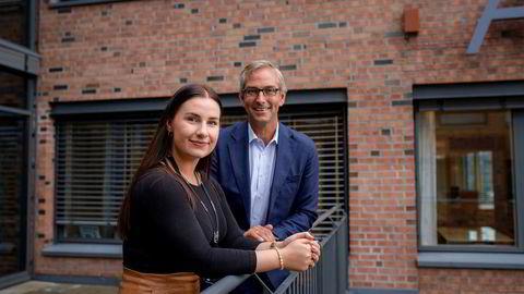 Julie Amundsen har jobbet i it-selskapet Atea i et år, her er hun fotografert sammen med Atea-sjef Michael Jacobs.