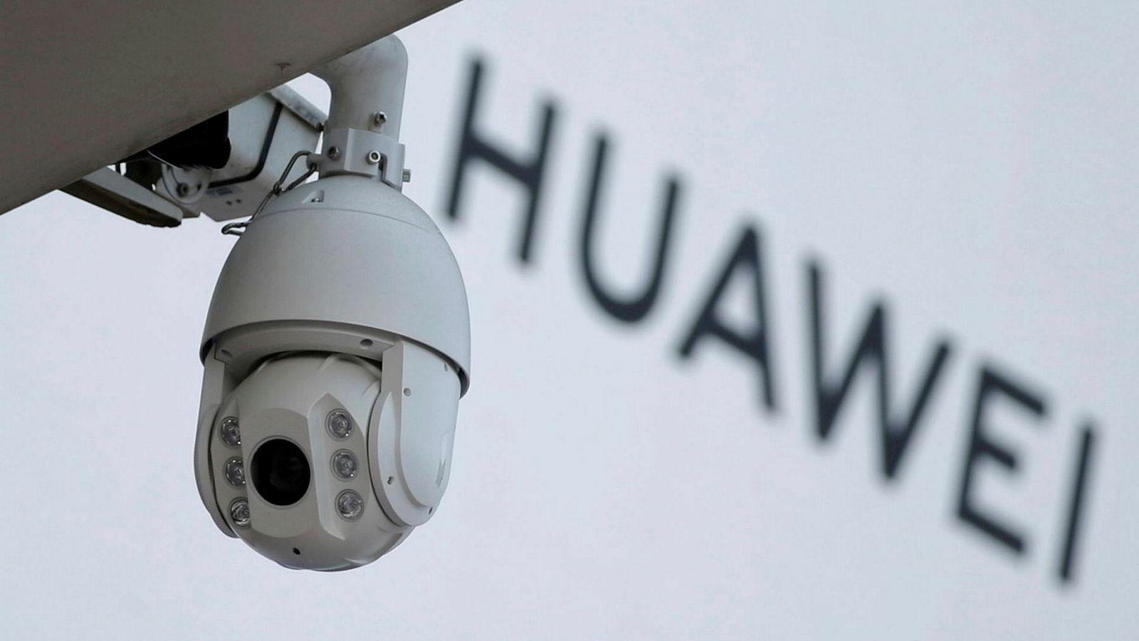 Hvordan uttales «Huawai»? (Og er det farlig å la teknologiselskapet være med på utbygging av 5G-nettet?). Bildet viser et overvåkningskamera utenfor et Huawei-skilt i Beijing.
