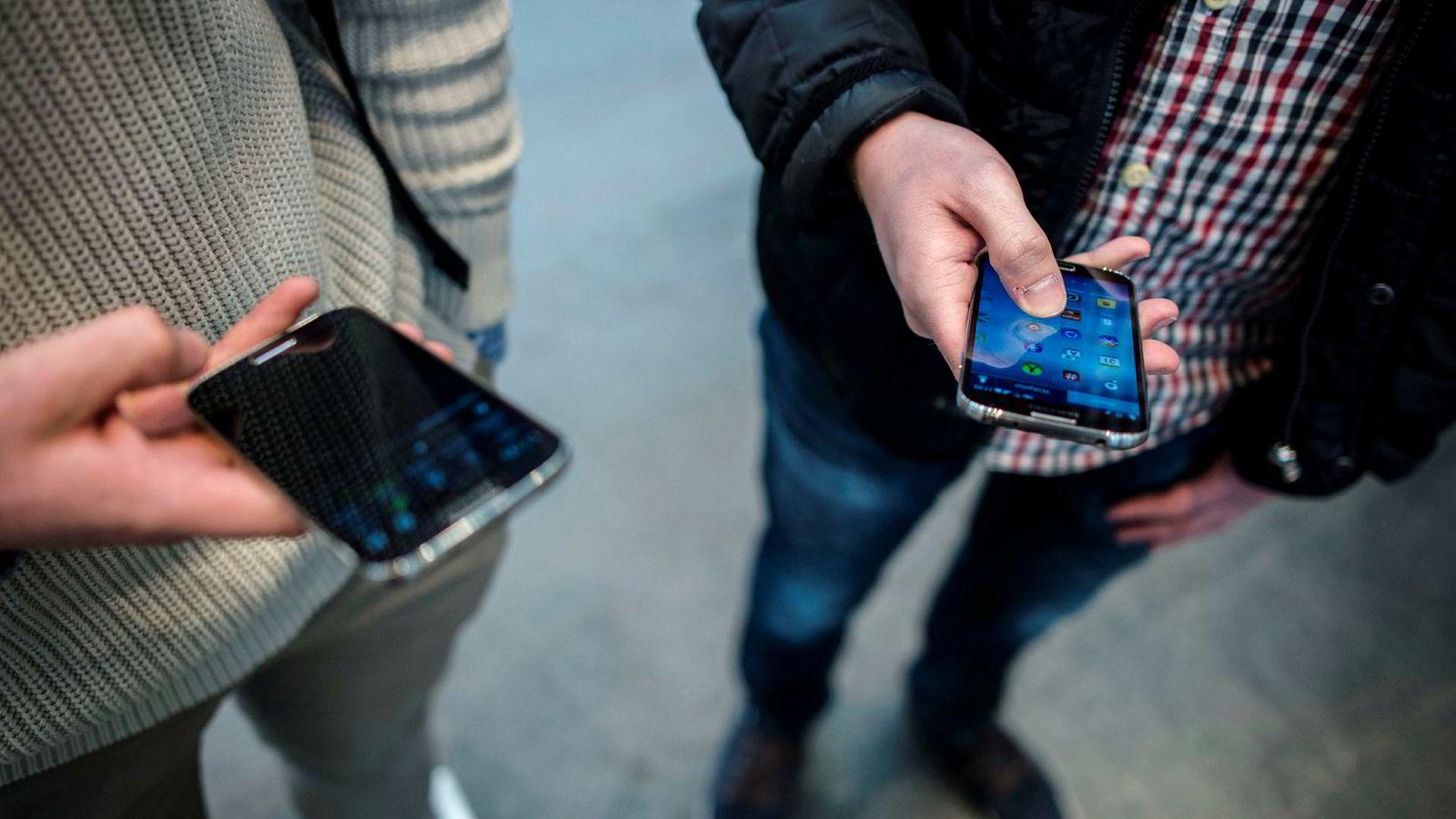Mobilsalget faller, men folk kjøper dyrere mobiler.