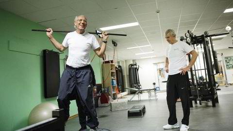 FRISKE: Jørgen Randers (71) og Eivind Astrup (70).Trener styrke for å holde seg sterke og kunne gjøre det de har lyst til. Foto: Per Thrana
