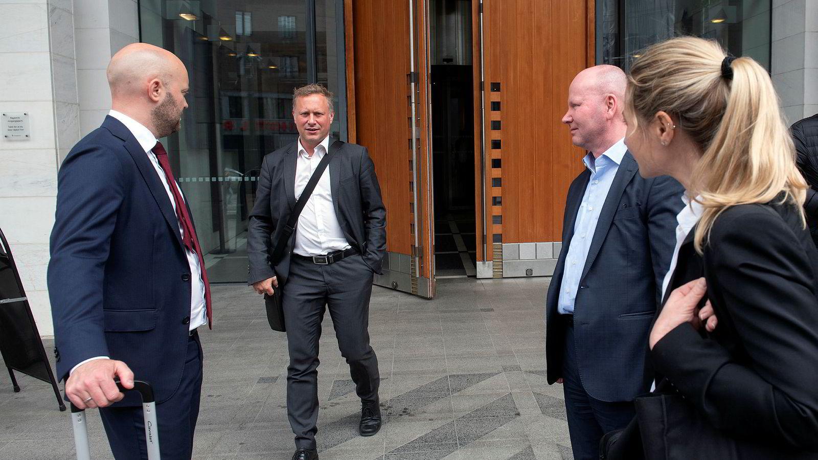 Inducts administrerende direktør Alf Martin Johansen på vei ut av Oslo tingrett etter rettssaken mot Alpha Blue Ocean i juni. Til venstre er advokat Vidar Riksfjord i Advokatfirmaet CLP og til høyre er finansdirektør Åge Muren og advokatfullmektig Janne M. Gillesen.