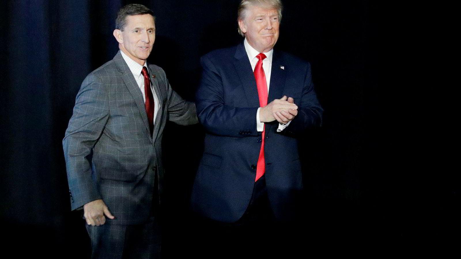 President Donald Trump ringte sin nasjonale sikkerhetsrådgiver Mike Flynn (til venstre) midt på natten for å snakke om dollarkursen.