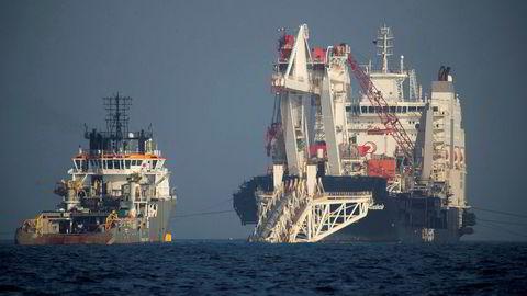 Gassledningen Nord Stream 2 installeres ved hjelp av skip utenfor Tyskland. Her er arbeidet fotografert i november 2018.