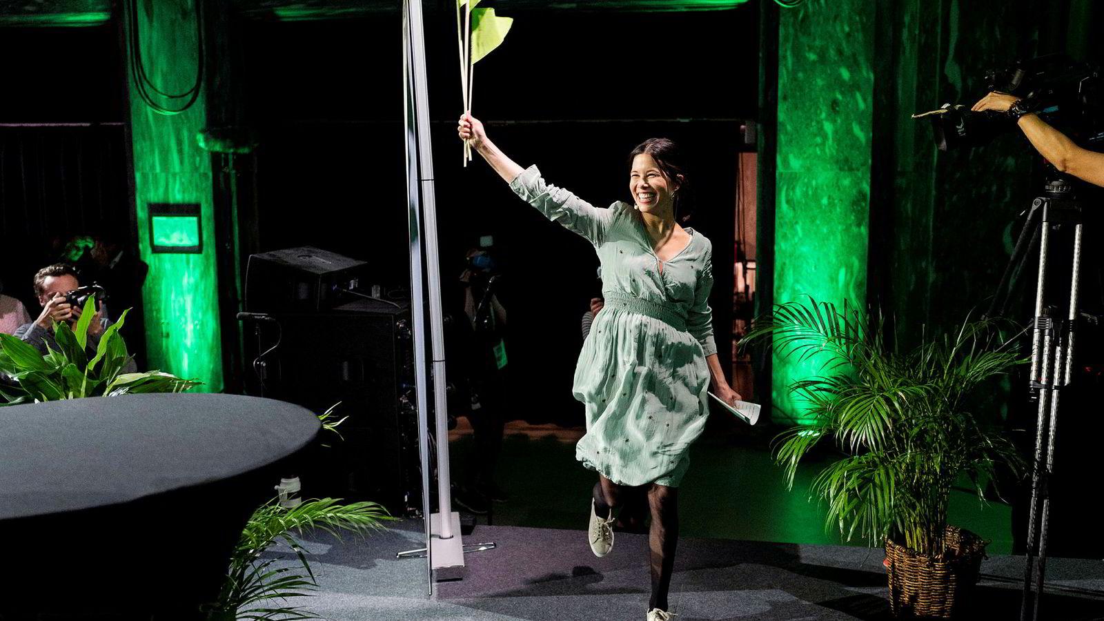 Byråd Lan Marie Nguyen Berg jubler etter brakseier i Oslo. Her feirer hun i lett frihetsgudinnepostitur på Miljøpartiets De Grønnes valgvake på utestedet Sentralen.